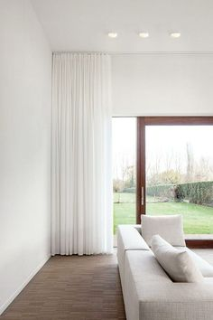 Enf�rgade eller m�nstrade, pampiga som faller tungt eller l�ttare som silar ljuset. H�r �r 15 exempel p� vackra gardiner f�r ditt vardagsrum.