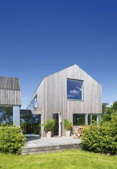 Langt ude på landet under Odders klare blå himmel bor Elizabeth og Thomas. En ny bygget trelænget gård med stråtag, græstag og trætag, der integrerer sig fuldstændig i naturen.