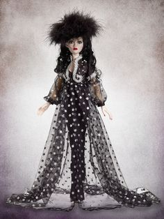 NRFB Tonner Wilde Evangeline Ghastly Candlelight at Night. Featuring a long black dress of shantung trimmed in tulle beneath a glowing robe of sheer fabric and sequins with matching tulle trim and shantung sleeve cuffs, this ensemble is sure to light up any dark and dreary night! | eBay!