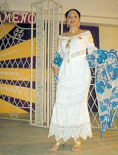 Bellisimo vestido en hilo todo hecho a mano por hàbiles manos de mujeres Santeñas en el interior del pais Panamá. Flor Fossatti.