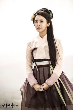 Jeong Yoo Mi as Yeon Hee / Six Flying Dragons Korean Traditional Clothes, Traditional Fashion, Traditional Dresses, Korean Dress, Korean Outfits, Oriental Fashion, Asian Fashion, Korean Women, Korean Girl