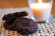 """Her har du mørke, myke, """"fudgy""""sjokoladecookies med både kakao, chocolate chips og hakkede Oreokjeks. Jeg har bruke Oreos med sjokoladefyll for ekstra fyldig sjokoladesmak, men du kan også bruke vanlige Oreokjeks. A chocolate lovers delight!"""
