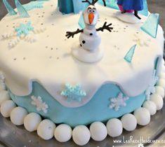 Gâteau Reine des Neiges avec décors en pâte à sucre. Gâteau d'anniversaire original pour enfants. Recette de dessert à base de chocolat.