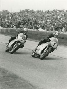 Dutch TT Mike Hailwood and Giocomo Agostini 1967 Old School Motorcycles, Racing Motorcycles, Mv Agusta, Valentino Rossi, Vintage Bikes, Vintage Motorcycles, Motorcycle Racers, Motorcycle Design, Moto Guzzi