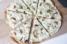 Vegan tarte flambee - 3 quick variations Cheap And Cheerful Cooking - VEGAN - French Recipes Flammkuchen Vegan, Yummy Snacks, Yummy Food, Go Veggie, Food Tags, Cheap Dinners, French Food, Vegan Friendly, Soul Food