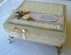 Linda caixa em mdf decorada em scrapbook com caixinhas em acrílico para guardar: <br>- o primeiro dentinho do bebê; <br>- o umbiguinho; <br>- a pulseira da maternidade; <br>- o primeiro cabelinho <br>- um bloquinho para as primeiras palavrinhas. <br>Um lindo presente para a mamãe coruja que gosta de guardar as coisinhas de seu bebê e um presente original, personalizado e inesquecível. <br>Fazemos na cor de sua preferência. <br>O padrão dos papéis são os encontrados no momento do pedido.