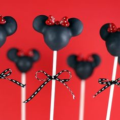 Minnie Mouse Silhouette Cake Pops - also had version with face and a version with a Mickey face Minnie Mouse Cake Pops, Mickey And Minnie Cake, Mickey E Minie, Minnie Mouse Party, Minnie Cupcakes, Mickey Cake Pops, Silhouette Minnie Mouse, Silhouette Cake, Image Mickey