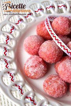 La ricetta di queste castagnole rappresenta una variante delle classiche castagnole di Carnevale: quelle all'alchermes. Allegre colorate e golose in molte