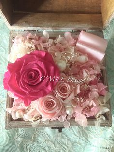 粉紅色系永生花盒 Pink preserved fresh flower box: the box was composed by one large 5.5 cm pink rose and two 3cm pink roses. It was decorated by preserved hydrangea and baby's breath. The box looks very romantic and makes people want to fall in love Size: 13cmX14cm; height 12.5cm With careful caring, the flowers will bloom for years and years if you follow the instruction. Caring Notes: 1.Do Not water the flowers. Keep them away from wet and high humidity area 2. Avoid direct sun light…