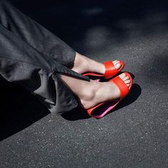 PERFEKT FÜR DEN URLAUB UND DIE STRANDBAR /// MÖBIUS HI      #vacation #shoes #unitednudevienna #coolheel #möbiushi #summer #summershoes #ss19 #architectual #architektur #art #artwork #summerinvienna #shoesaddicted #shoelover Androgynous, Wearable Art, Designer Shoes, Kitten Heels, Nude, The Unit, Classic, Vienna, Instagram