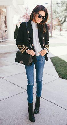 Street style look com casaco preto e calça skinny.