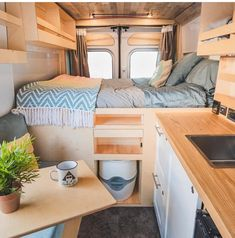 I'd take this over a night in a hotel any day! Who else agrees? Van Life Movement // Tiny Living // Tiny House on Wheels // Van Conversion // Van Living // Tiny Home // Architecture // Home Decor Bus Life, Camper Life, Diy Van Camper, Car Camper, Camping Car Van, Kombi Home, Van Home, Campervan Interior, Van Living