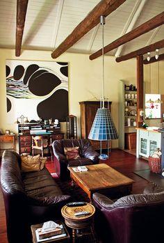 V obývacím pokoji dominuje výtvarno na zdi a trámový strop.