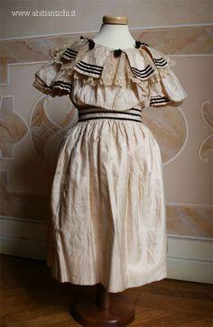 1898, Abitino da bimba in taffetas. Un tempo rosa brillante, risulta ora molto scolorito. Il colore originale e' ancora visibile all'interno di alcune pieghe. Abiti Antichi- abito bimba 5