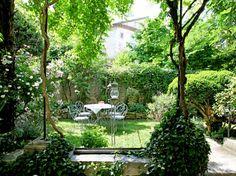 Niché entre les bâtiments, caché derrière les maisons ou perché sur les toits d'immeubles, le jardin privé se fait rare en ville. Alors, lorsque l'on en possède un, on le chouchoute et le transforme en un espace vert souvent exceptionnel.