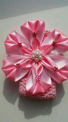 Hviezdička je vyrobená technikou kanzashi, pri výrobe sú p Ribbon Art, Diy Ribbon, Ribbon Crafts, Flower Crafts, Ribbon Bows, Satin Flowers, Fabric Flowers, Paper Flowers, Fabric Flower Headbands
