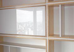 Interior design de apartamento de pequeno tamanho. Prateleira em compensado e laminado lucido. Residencia privativa.