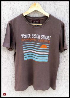 Venice A praia mais badalada do sul da california ganha vida na t-shirt Volver. O distrito é conhecido por seu calçadão onde hospeda a diversidade cultural e adeptos dos esportes como skate e bikes. Venice também foi o lar de poetas e artistas da geração Beat em Los Angeles.