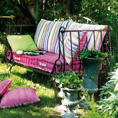 Un mobilier ravissant qui apportera une touche de poésie originale aux jardins d'hiver. Ses élégantes volutes inspirées nous transportent dans l'univers des kiosques à musique d'autrefois. voir ici 360 €