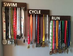 Easy DIY medal hanger to display your medals in your home Hanging Medals, Triathlon, Ribbon Display, Ribbon Storage, Medal Rack, Trophies And Medals, Award Display, Diy Furniture Decor, Medal Holders