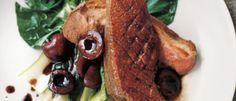 Pechugas de pato con salsa de oporto y cerezas