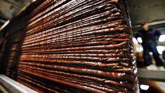 ■名脇役 愛媛・大洲の醬油 褐色の液体がにじみ出る。搾りたての「生(き)揚げ醬油(しょうゆ)」だ。 3月上旬。愛媛県大洲市の中心部にある梶田商店の蔵は、甘い芳香に包まれていた。麴(こうじ)に塩水を加え…