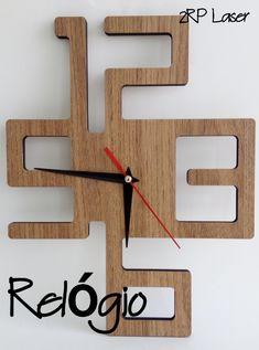 Relógio de Parede decorativo excelente para harmonizar as paredes de ambientes como sala, cozinha, escritório, bar, restaurante ou do seu negócio! Desenho criativo e inovador feito em mdf (6mm) cortado a laser, excelente acabamento.  Produto disponível nas cor: Imbuia Para uso correto necessita de pilha AA.  Dimensões  27,5 cm x 21,5 cm x 4 cm