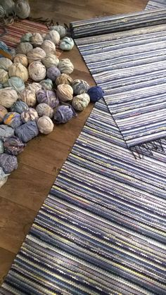 96 Fab DIY Rug Ideas: Weave New Life Into Old Floors – Page 9 of 10 – Usefull Information – Braided Rugs Diy Pom Pom Rug, Rag Rug Diy, Diy Rugs, Braided Rag Rugs, Painting Carpet, Cheap Carpet Runners, Diy Carpet, Woven Rug, Rug Making