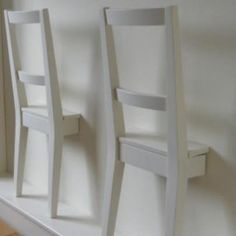 Een dressboy....gemaakt van een oude stoel, geschilderd en aan de muur gemaakt. -slaapkamer-