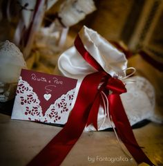 Idee matrimonio: cartoncini per confettata, realizzati con centrini di carta e cartoncino bordeaux. Inspiration for wedding: paper for sugared almond. DIY.