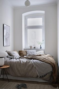 Beautiful Small Bedroom Decor Ideas on a Budget (Minimalist Bedroom Ideas) Scandinavian Bedroom, Cozy Bedroom, Home Decor Bedroom, Bedroom Ideas, Master Bedroom, Bedroom Small, Ikea Bedroom, Bedroom Inspo, Bedroom Furniture