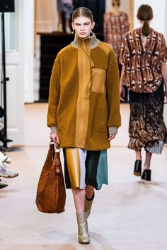 By Malene Birger Copenhagen Fall 2019 Fashion Show Collection: See the complete By Malene Birger Copenhagen Fall 2019 collection. Look 23 Fur Fashion, Fashion Week, Couture Fashion, Fur Jacket, Fur Coat, Fur Clothing, Couture Mode, Malene Birger, Vogue Russia