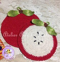 Kit de crochê em barbante 100% algodão,com 2 unidades, podendo ser usado como descansos para panelas ou pegador de panelas R$ 45,00 Crochet Crafts, Crochet Projects, Knit Crochet, Crochet Apple, Crochet Embellishments, Crochet Potholders, Crochet Kitchen, Pet Toys, Pot Holders