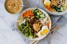 Gado gado salade met bloemkoolrijst, tempeh en pindadressing. Een heerlijke en gezonde vegetarische salade met zelfgemaate pindadressing. Feelgoodbyfood Gado Gado, Tempeh, Cobb Salad, Salads, Brunch, Meals, Dinner, Ethnic Recipes, Food