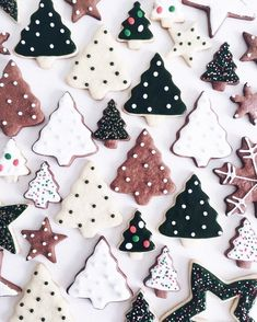 60 Easy Christmas Treats That'll Make Holiday Baking Even More Joyful The only thing more fun than making these sweets is eating them! Merry Christmas Eve, Christmas Mood, Noel Christmas, Christmas Goodies, Christmas Desserts, Christmas Baking, Christmas Decorations, Holiday Baking, Christmas Recipes