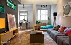 apartamento brinca com tons de azul amarelo e cinza