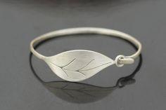 Este brazalete de plata, tiene un cómodo cierre que facilita que se pueda cerrar con una sola mano.Su longitud es de 18 cm.Acabado satinado.Disponible también en latón.Precio con IVA incluído.