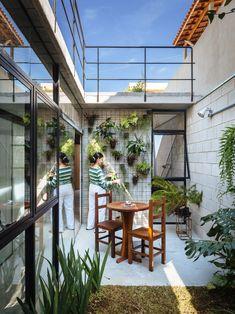 Uma pessoa simples e de poucas posses abordou os arquitetos do escritório Terra e Tuma (aqueles responsáveis pela incrível Casa Maracanã) para que encontra