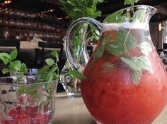 Marre de la sangria ? Essayez ce pichet-Cocktail au thé, framboise et rosé!  #recettes #recette #fridayrecipe #chartier #recettesaromatiques #vendredirecette #recetteduvendredi Sangria, Cocktail, Drinks, Basil, Raspberry, Black People, Drink, Recipes, Drinking