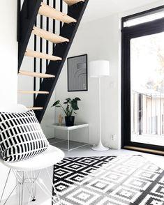 Raikkaita graafisia kuoseja mukaan sisustukseen. Stairs, Rugs, Design, Home Decor, Farmhouse Rugs, Stairway, Decoration Home, Room Decor
