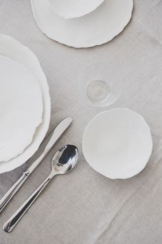 Porzellan Teller und Schalen handgemacht; aus der Serie jaquard von www.textpoterie.at Pottery Wheel, Flatware, A Table, Plates, Ceramics, Tableware, Kitchen, Handmade, Wedding Favors
