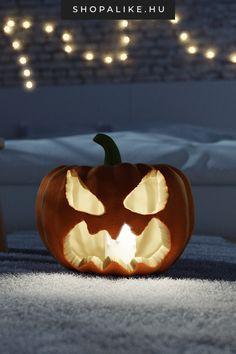 Hangulatos halloween estékre szerezz be töklámpásodhoz a megfelelő gyertyát. A halloween ünnep legjellegzetesebb dekorációja a töklámpás. Az ünnep közeledtével már szinte mindenhol kapni hatalmas, narancssárga tököket. Ha még nem próbáltad, idén mindenképpen szervezz barátaiddal vagy családoddal egy tökfaragós délutánt. Meglátod kicsik és nagyon egyaránt szórakoztatónak fogják tartani. Lámpásodhoz utána már nem kell más mint egy egyszerű, fehér gyertya. #halloweendeko #töklámpás Licht Box, Diy Halloween, Pumpkin Carving, Environment, Creepy Eyes, Pumpkin Lights, Pretty Words, String Lighting, Decorating Ideas