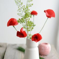 Learn how to make tissue paper poppies with this easy step-by-step tutorial. (in German)