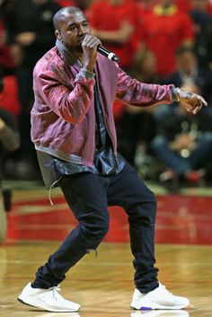 Ye performing at the Bulls game Kanye West Outfits, Kanye West Style, Men Street Look, Autumn Street Style, Yeezy Outfit, Spring 2015 Fashion, Fashion Corner, Hipster Man, Dope Outfits