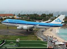 """KLM Boeing 747 landing at St Maartens - July 2006. What an amazing view for the people """"ducking"""" on the road!"""