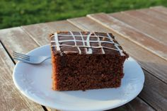 Hrnčekový perníkový koláč s polevou patrí k zime. Upečte si rýchly a jednoduchý perník.