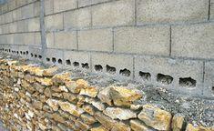 Tous les deux rangs, les blocs-béton sont perforés pour solidariser les pierres avec le mur. Comme sa hauteur est inférieure à 3 mètres, des     fers  ancrés dans les blocs (à sceller au mortier des pierres) ne sont pas indispensables.