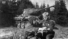 Медсестра оказывает первую помощь командиру танка, 1944 - Старые фотографии