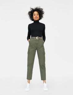 Update your wardrobe with the new Spring & Summer 2018 arrivals in women's clothing at Stradivarius. Get the latest trends and choose the right look for you! Green Pants Outfit, Cargo Pants Outfit, Green Cargo Pants, Jumpsuit Outfit, Retro Outfits, Outfits For Teens, Stylish Outfits, Fashion Outfits, Outfits Pantalon Verde