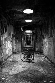 Abandoned mental asylum from the early Creepy. Abandoned asylums still dot our nation. Spooky Places, Haunted Places, Old Buildings, Abandoned Buildings, Abandoned Places In The Uk, Abandoned Vehicles, Abandoned Cars, Insane Asylum, Abandoned Mansions